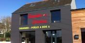 Habillage d'une façade de magasin en panneaux Compact à Quimper.